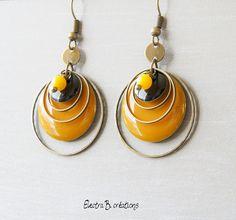 Boucles d'oreilles sequin émaillé jaune moutarde et noir : Boucles d'oreille par electra
