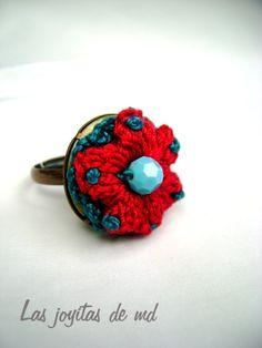 Anillo realizado con diferentes rosetas en color rojo y turquesa y swarovski azul turquesa.