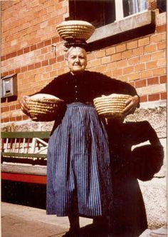 Die Betzinger Tracht.  Marie Schmid mit Brotlaiben #Betzingen