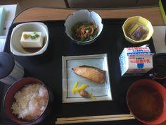 Saumon, tofu, salade d'épinards, natto (haricots de soja fermentés), soupe miso, riz, lait.
