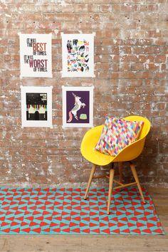 Roter Teppich mit Pfeilspitzenmuster bei Urban Outfitters