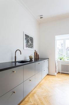 Kitchen Makeover Fra klassisk til moderne planløsning Kitchen Layout, Kitchen Decor, Rustic Kitchen, Kitchen Renovation Inspiration, Etagere Design, Decor Scandinavian, Minimalist Kitchen, Minimalist Decor, Cuisines Design
