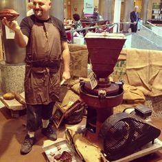 Guillermo de Chocolates Comes mostrando cacao puro a todos los curiosos que se acercaron a su stand