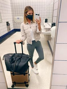 Travel outfit // The perfect outfit for traveling // Fall travel outfit // Travel look // How to style athleta joggers // easy to wear outfit // Fall outfit // Casual Fall outfit // Fall fashion