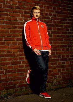マルコ・ロイスのコーディネート スポンサー契約しているPUMAの 赤のジャージとスニーカーにジーンズ #サッカー