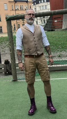 Teaming a tan wool waistcoat and tan shorts is a surefire way to inject personality into your styling lineup. Dark purple leather casual boots will bring a fun feel to an otherwise all-too-safe outfit. Old Man Fashion, Gents Fashion, Mature Fashion, Workwear Fashion, Style Fashion, Chino Shorts, Men's Shorts, Men Casual, Men's Fashion Styles