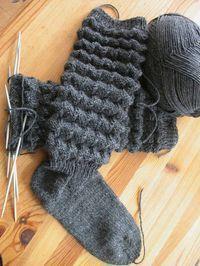 """Syltasockor När strumporna korvar sig kallar vi att de """"syltar."""" Det fick de helst inte göra när jag var barn, o vilken skam. Men som det f... Knitted Animals, Knitted Shawls, Knitting Socks, Wool Yarn, Knit Patterns, Leg Warmers, Handicraft, Fingerless Gloves, Mittens"""