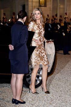 10 maart 2016.  Máxima arriveert tijdens het staatsbezoek aan Frankrijk bij het presidentiële Élysée paleis voor het staatsbanket met de Franse president Francois Hollande. Máxima draagt een jurk uit de couture collectie 2015 van het Belgische modehuis Natan.