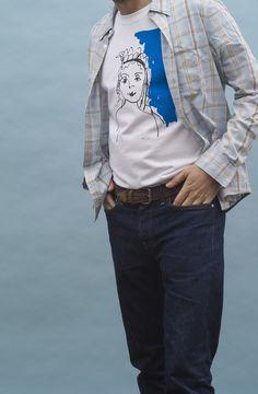 Hombre vistiendo camiseta con dibujo de chica con corona azul de la marca Malasuertemente