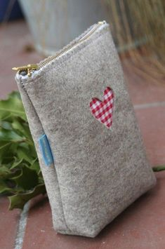 Cute little felt bag Felt Crafts, Fabric Crafts, Sewing Crafts, Sewing Projects, Felt Projects, Sewing Hacks, Sewing Tutorials, Sewing Patterns, Diy Couture