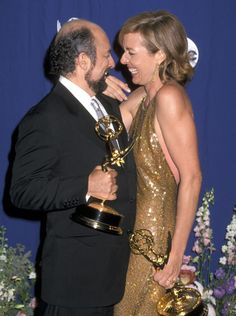The West Wing: Emmy de 2000 merecidíssimo para Allison Janney e Richard Schiff!
