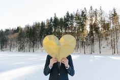 groom with a golden heart in a beautiful snowy countryside by wedding photographer Hanna Witte