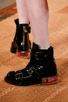 Alexander McQueen Spring 2018 Ready-to-Wear Accessories Photos - Vogue