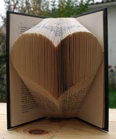 Je te propose aujourd'hui de réaliser un joli livre dontles pages sont pliées en forme de cœur! Tu pourras l'offrir à ton fiancé, ou l'utiliser comme décoration. Moi je pense le poser près du livre