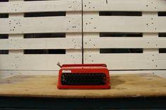 70,00 € Máquina de escribir vintage Olivetti Valentine, año 69-70. Funciona perfectamente. Caja en buen estado. Diseño exclusiv