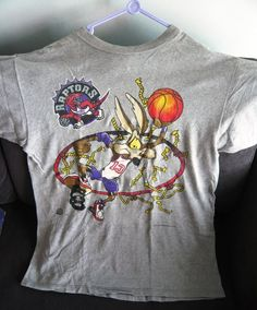 647248e1ef9e60 Toronto Raptors   Looney Tunes Vintage T-Shirt (Size L)    Wile E Coyote.  hayley m · Bugs Bunny