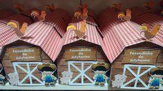 Caixa em formato de Celeiro em scrap <br>Para o Tema Fazendinha <br>Papeis 180gr <br>Fazemos em outras cores e estampas, ideal para lembrança da festa, decoração de mesa.