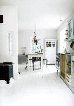 Space enlarging white floorboards