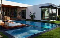 Modern Pool Designs and 3 Things Every Pool Owner Should Know – My Life Spot Backyard Pool Designs, Swimming Pools Backyard, Swimming Pool Designs, Futuristic Home, Modern Pools, Courtyard House, White Houses, Pool Houses, Modern House Design