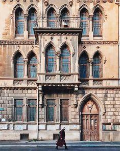 В Баку самые интересные истории вам могут рассказать даже случайные прохожие  Так, например, один из них, любопытно наблюдая как 9 подорванных инстаграмеров, снимают Луизу @lu4istiypomidor на фоне ветхого, но очень привлекательного фасада, рассказал, что раньше это был один из самых крупных публичных домов  Сколько же ещё интересностей приготовил для нас этот город? #отразитьбаку
