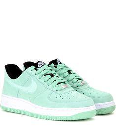 Nike - Baskets en daim Nike Air Force 1 '07 Seasonal - Nike réédite son modèle Air Force 1 avec ce modèle '07 Seasonal. Confectionnées en daim vert pâle aux détails perforés, elles vous garantiront un look profilé et un confort aéré. Elles témoignent d'un style urbain et sont un hommage au modèle original sorti en 1982. Portez-les avec un legging ou un pantalon slim pour un style urban chic. seen @ www.mytheresa.com