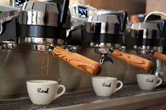 Ο Βασίλης Δημαράς επισκέπτεται –επιτέλους- το άντρο του Redd Coffee στον Φάρο του Ψυχικού και δοκιμάζει πολύ Cold brew και καφέ από την Ουγκάντα. Coffee Corner, Espresso Machine, Coffee Maker, Kitchen Appliances, Coffee Maker Machine, Cooking Utensils, Coffee Nook, Coffeemaker, Home Appliances