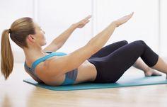 Vorwärtsschieber - Die besten Übungen für die untere Bauchmuskulatur - So geht's: Auf den Rücken legen, die Füße mit einigem Abstand zum Po aufstellen. Den Bauch fest anspannen. Jetzt den Oberkörper mit gerade nach vorn...