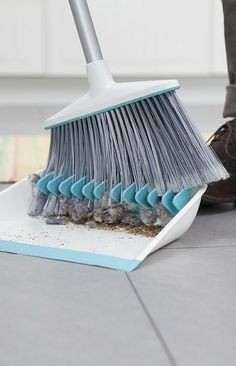 Dustpan has rubber teeth to comb out dust! NEATO Cleaning Hacks, Cleaning Solutions, Cleaning Supplies, Designer, Nifty, Mind Blown, It's Wonderful, Pure Genius, Quirky Products