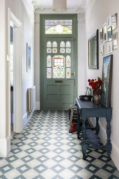 eingangsbereich-haus Farrow & Ball Ammonite gray on the walls and Pigeon on the front door, combined Hallway Colour Schemes, Hallway Colours, Stairs Colours, Hall Tiles, Tiled Hallway, Hallway Paint, Victorian Hallway Tiles, Hallway Inspiration, Home Decor Inspiration