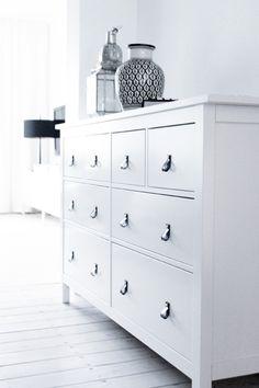 HEMNES Commode 8 tiroirs, teinté blanc,Pour ma chambre y mettre des poignées de tiroir en cuir couleur naturel ♡