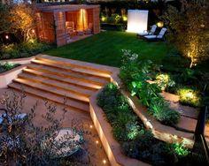 aménager son jardin moderne avec chaises longues,pergola en bois et gazon