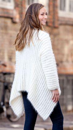 En smuk snehvid jakke, strikket på tværs - opskriften får du ganske gratis her fra Familie Journal.