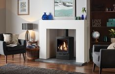Elegantly styled to fit equally well in either contemporary or traditional settings alike, the Gazco Vogue Midi Black Glass Lining Natural Gas Conventional Flue Stove features a cast iron door and top plate with refined curves and bevelled edges. Gas Log Burner, Log Burner Fireplace, Cottage Fireplace, Foyers, Solid Fuel Stove, Stove Installation, Wood Fuel, Open Plan Kitchen Living Room, Foyer Au Gaz