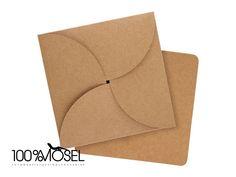 Die Basis für deine Kartenprojekte:  3 quadratische Karten aus Kraftpapier mit abgerundeten Ecken, Format 9,5 x 9,5 3 passende Briefumschläge (mit toller Faltung zu verschließen), im Format 10 x...