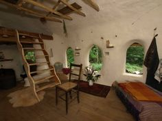 Michael Buck, a farmer from Oxfordshire, England, has used the ancient cob building technique to construct a small but cozy hobbit house, for which he paid just 150 pounds Cob Building, Building A House, Green Building, Build House, Casa Dos Hobbits, Casa Bunker, Cob House Interior, Earth Bag Homes, Earthship Home
