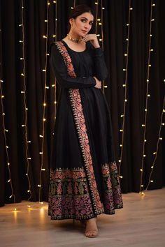 Pakistani Fashion Party Wear, Pakistani Dresses Casual, Indian Gowns Dresses, Indian Bridal Fashion, Pakistani Dress Design, Maxi Gowns, Black Pakistani Dress, Maxi Skirts, Kurta Designs