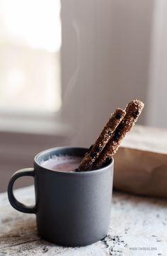 hot cocoa and cinnamon sticks//