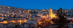 Modica è un comune siciliano in provincia di Ragusa, il suo centro storico è ricco di architetture in stile Barocco siciliane, tipico della Sicilia sud-orientale. Una delle particolarità di Modica è il profumo di cioccolato, misto a vaniglia e cannella, che invade tutte le strade della città, soprattutto quelle del centro: il cioccolato di Modica, preparato con le antiche tecniche dei popoli sudamericani, proprio come quello dell'Antica Dolceria Bonajuto.