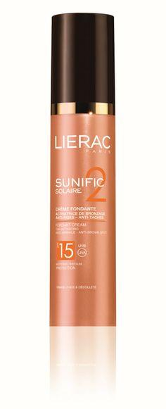 Lierac Sunific Solaire CRÈME FONDANTE SPF 15 Αντηλιακό Προσώπου για Ενεργοποίηση του μαυρίσματος - Κατά των ρυτίδων - Κατά των καφέ κηλίδων  Απαλή και βαθιά ενυδατική κρέμα με ιδανική σύνθεση που ενεργοποιεί το μαύρισμα με απόλυτη ασφάλεια, ενώ προλαμβάνει και επανορθώνει όλα τα σημάδια της γήρανσης που προκαλεί ο ήλιος: Ρυτίδες, χαλάρωση και καφέ κηλίδες. Σε πολύ πρακτική συσκευασία.