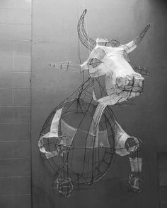 Polly Verity, Cow, papier et métal, installation Polyscène 7 Sculpture Lessons, Sculpture Projects, Art Projects, Sculptures Céramiques, Sculpture Art, Sculpture Ideas, Mobiles Art, Architecture Origami, Art Du Fil