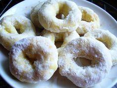 1 ovo  - 1 e 1/2 xícaras (chá) de açúcar  - 1/4 xícara (chá) de óleo  - 1/2 xícara (chá) de Pinga  - 1/2 xícara (chá) de leite  - 1 colher (sopa) de manteiga  - 1 colher (sopa) de fermento em pó  - 500 g de farinha de trigo