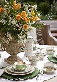 The photo styling here wonderful ... but in reality, how would one converse with someone across the table with such a major centerpiece blocking access? But love the green/white.
