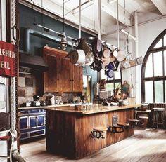 superbe ambiance tuyauterie, vaisselle suspendue, ilot cuisine en bois et placards en bois, mur antracite, crédence en carrelage usé