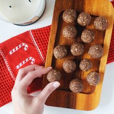 Peppermint Brownie Protein Bites - Dancing for donuts Grass Fed Gelatin, Peppermint Brownies, Protein Brownies, Protein Bites, Brownie Bites, Healthy Treats, Collagen, Donuts, Dancing