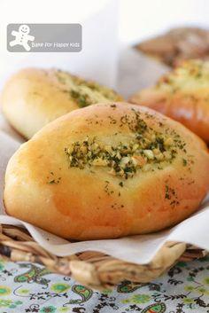 "Bake for Happy Kids: The Unforgettable ""Singapore"" Garlic Bread Fluffy Bread Recipe, Best Bread Recipe, Bread Recipes, Baking Recipes, Baked Garlic, Garlic Bread, Sweet Buns, Bread Bun, Bread And Pastries"