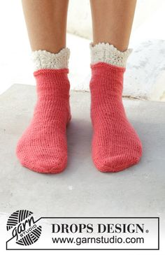 Frosted top socks / DROPS - free knitting patterns by DROPS design Knitted socks with a wavy edge. Size - The piece is worked in DROPS Flora. Crochet Sock Pattern Free, Knit Or Crochet, Knitting Patterns Free, Free Knitting, Crochet Patterns, Drops Design, Knitting Daily, Knitting Socks, Knit Socks