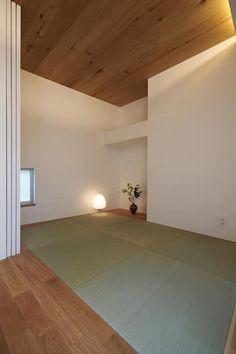 大東の家その2: アトリエ スピノザが手掛けた寝室です。 Tatami Room, Tatami Mat, Natural Interior, Japanese Interior, House 2, Decoration, Home Projects, Hardwood, Doors
