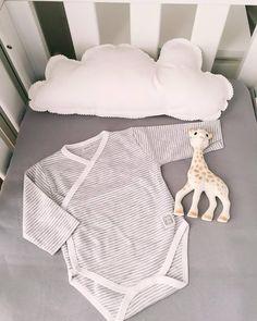 ¿Habéis visto la preciosa foto de @paraelbebeblog preparando la habitación de su peque? ella lo tiene claro @Vulli no puede faltar en su cunita <3
