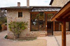 Weekend dans le Beaujolais : 8 expériences à ne pas louper ! - Chouette World - Blog voyage Le Beaujolais, Blog Voyage, Pergola, Outdoor Structures, Owls, Outdoor Pergola, Arbors, Pergolas