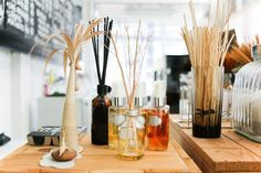 DIY Reed Diffuser Use the aromatic fusion of your favorite essential oils to refresh your space. Hermes Perfume, Natural Cleaners, House Smells, Clean House, Diffuser, Fragrance, Cleaning, Candles, Diy
